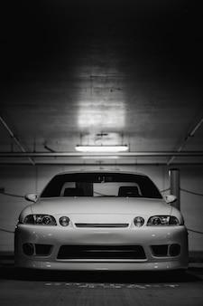 Witte auto in de garage