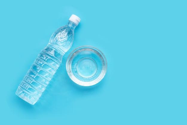 Witte azijn op blauw oppervlak