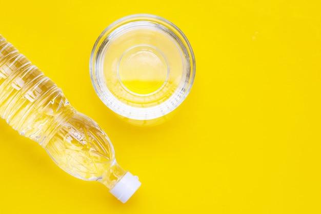 Witte azijn op geel oppervlak