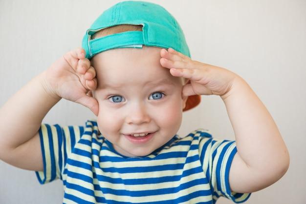 Witte babyjongen met grote blauwe ogen