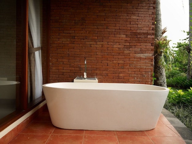 Witte badkamer bakstenen muur bruine tegels interieur frisse lucht natuur