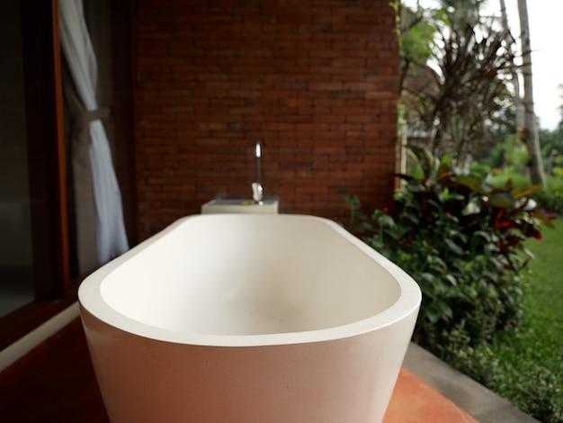 Witte badkamer buiten landschap frisse lucht interieur bakstenen muur