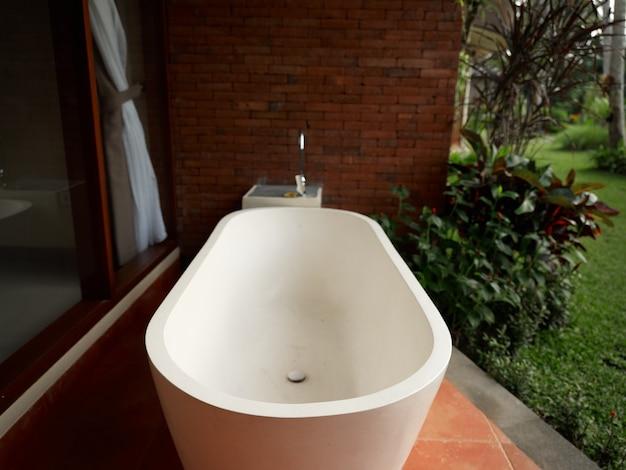 Witte badkamer in de natuur open ruimte landschap exotisme van eenheid met de natuur