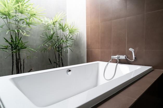 Witte badkuipdecoratie in badkamersbinnenland