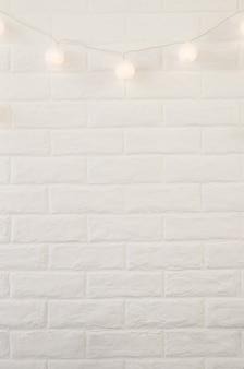Witte bakstenen muur met kerstmis steekt achtergrond aan