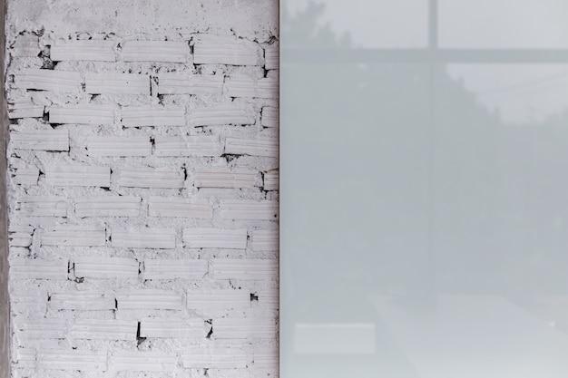 Witte bakstenen muur met matig glas wit bord interieurconcept