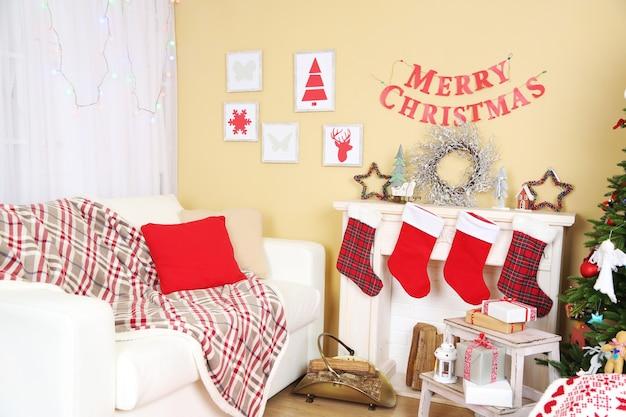 Witte bank in ingerichte woonkamer. kerst decoratie concept
