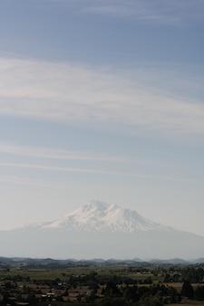 Witte berg in de buurt van de stad onder een heldere hemel