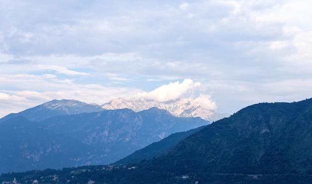 Witte bergen ver weg van het comomeer