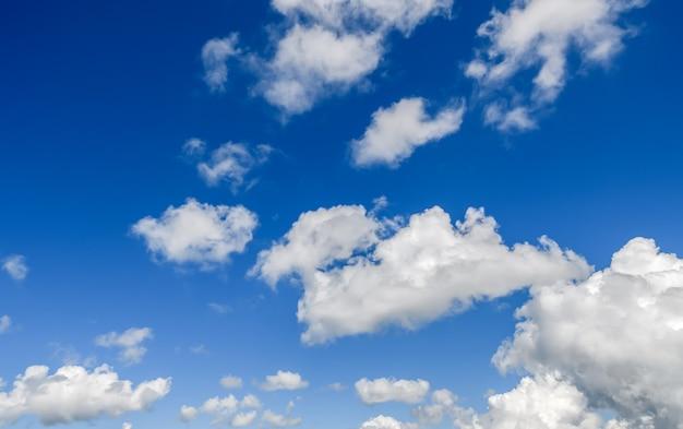 Witte bewolkte en blauwe hemel