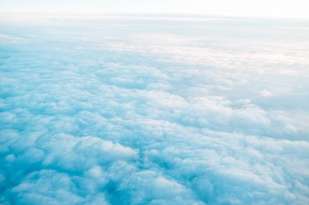 Witte bewolkte hemel overdag