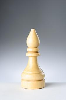 Witte bisschop op een witte tafel