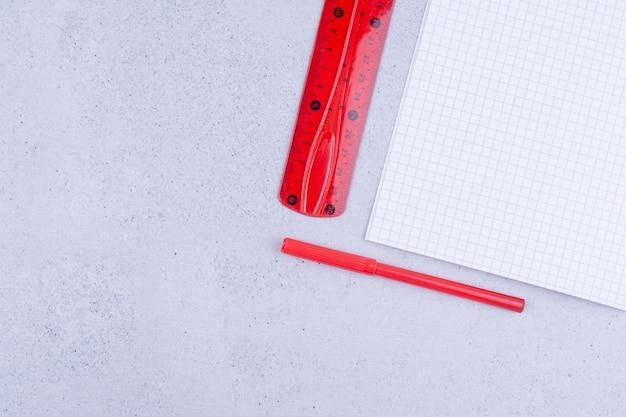 Witte blanco papieren met rode linialen op de grond