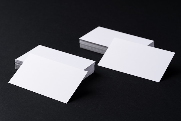 Witte blanco visitekaartjes op donkere zwarte achtergrond