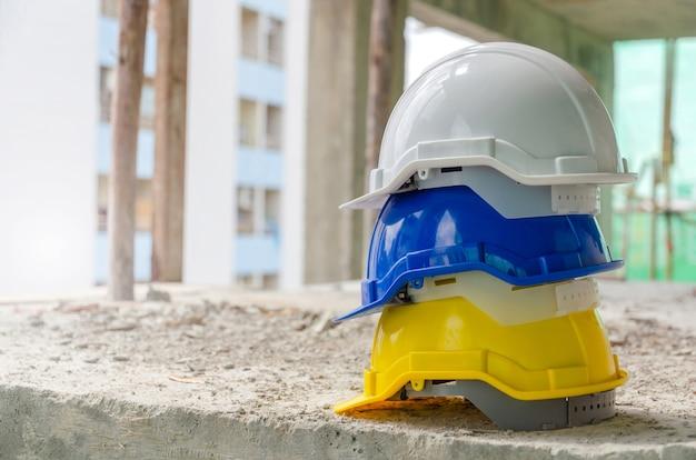 Witte, blauwe en gele harde veiligheidshelmen