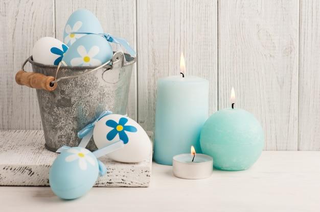 Witte blauwe paaseieren, kaarsen