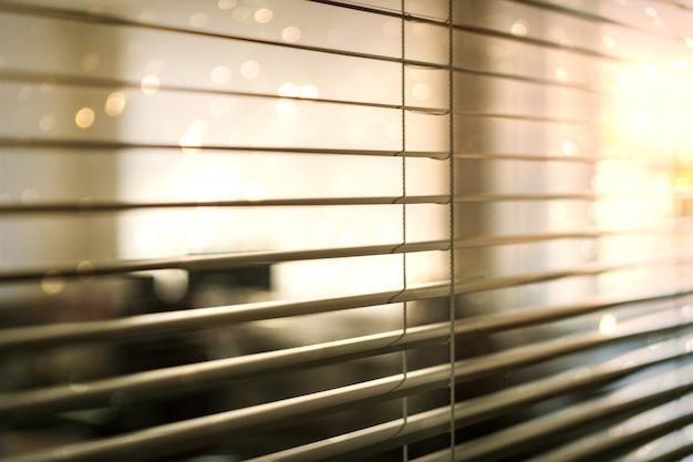 Witte blinds voor open ruimtekantoor en werkplaats