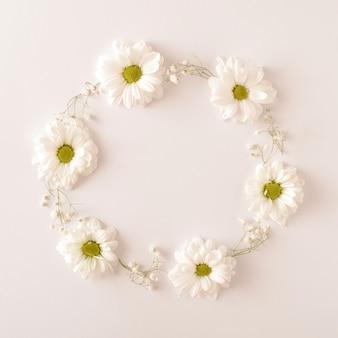 Witte bloemen gerangschikt in een cirkel op een witte achtergrond. lente bruiloft engagement concept. platliggend frame.