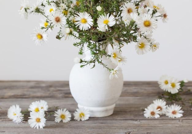 Witte bloemen in de vaas