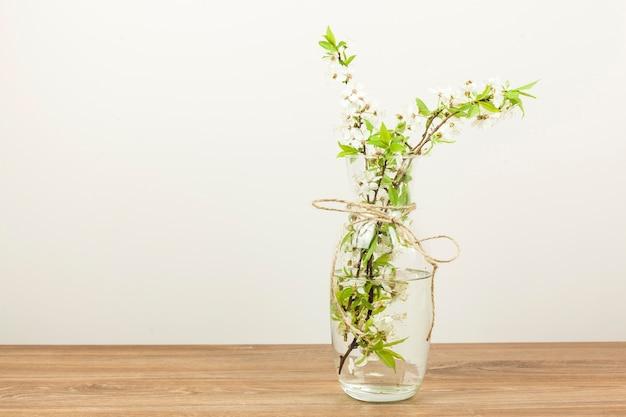 Witte bloemen in een vaas