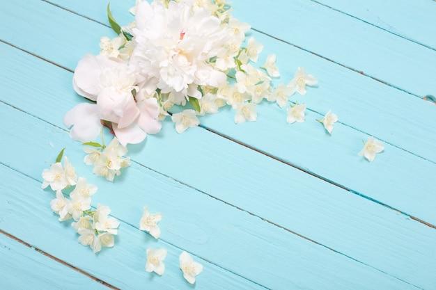 Witte bloemen op witte houten oppervlak