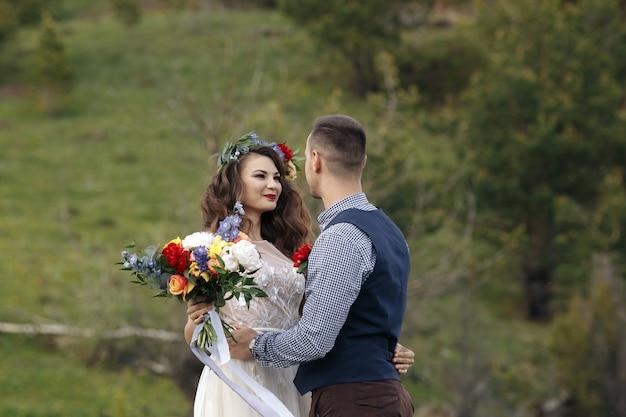 Witte bloemendecoratie tijdens openlucht huwelijksceremonie
