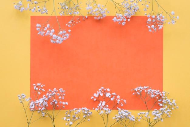 Witte bloemengrens over de gele achtergrond