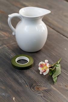 Witte bloempot op een houten tafel