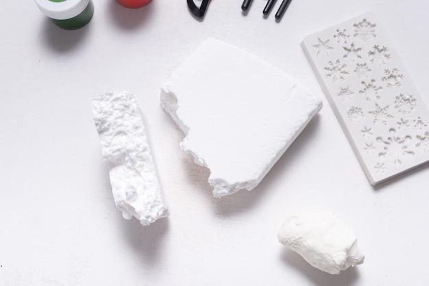 Witte boetseerklei voor hobby en ambacht, op houten tafel