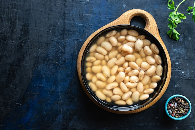 Witte bonen gekookte peulvruchten klaar om te eten bonen dieet op tafel gezonde voeding veganistisch of vegetarisch eten