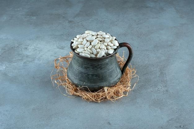Witte bonen in een etnische metalen pot. hoge kwaliteit foto