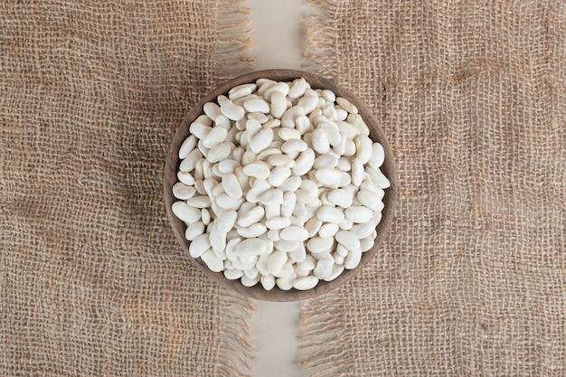 Witte bonen in een ronde schaal of kom.