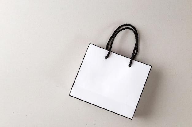 Witte boodschappentas een witte achtergrond en kopie ruimte voor platte tekst of product