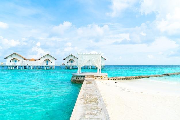 Witte boog met tropische resort maldiven en zee