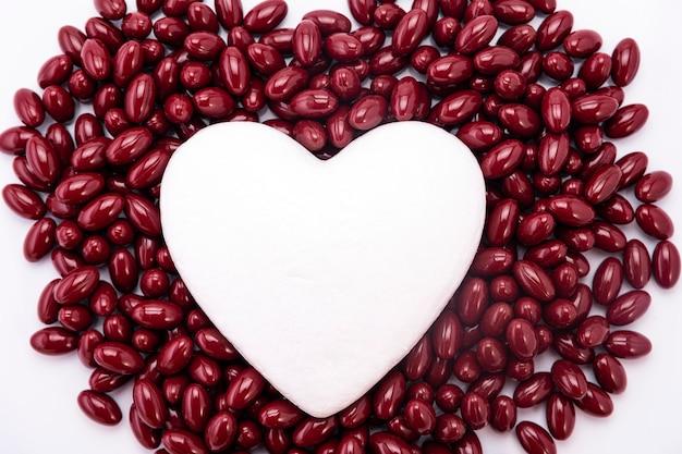 Witte breuk op bruine pillen. pillen uit het hart, medische concept