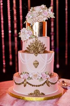 Witte bruidstaart met bloemen. grote bruidstaart. decortendensen. huwelijksplechtigheid.