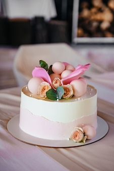 Witte bruidstaart met bloemen
