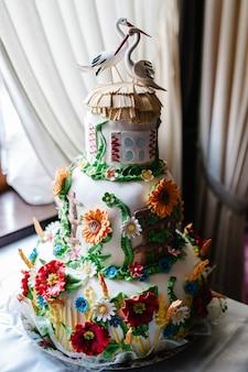 Witte bruidstaart met kleurrijke bloemen