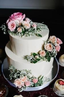 Witte bruidstaart met roze bloemen