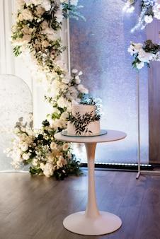 Witte bruidstaart op de bruiloft van de pasgetrouwden