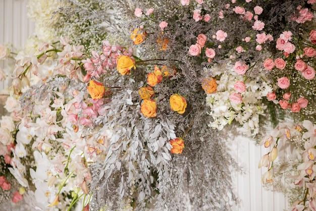 Witte bruiloft bloemen op een muur