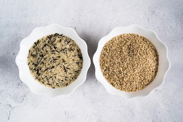 Witte, bruine en witte rijst in kommen