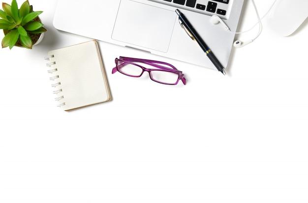 Witte bureaulijst met laptop computer en leeg geïsoleerd notitieboekje