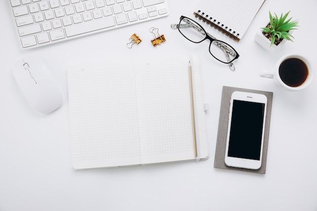 Witte bureaulijst werkruimte met een kantoorbenodigdheden