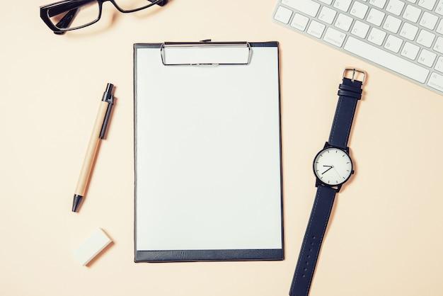 Witte bureautafel met veel dingen erop. bovenaanzicht met kopie ruimte.
