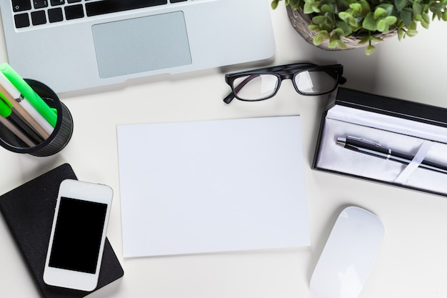Witte bureautafel met veel dingen erop, bovenaanzicht