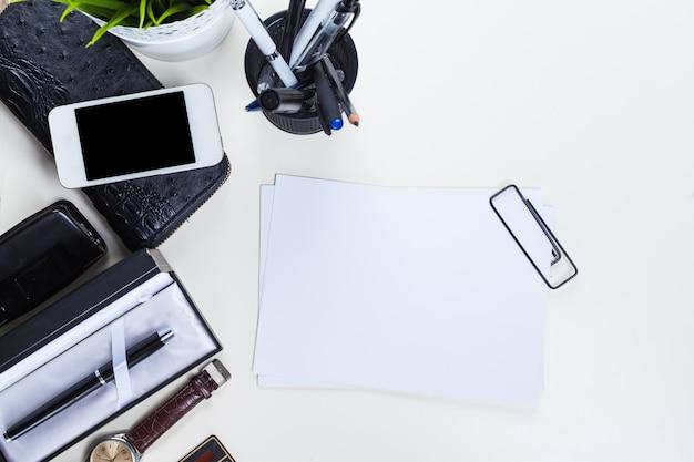 Witte bureautafel met veel dingen erop.