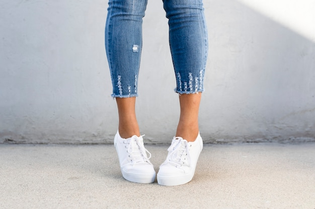 Witte canvas sneakers damesschoenen kleding shoot