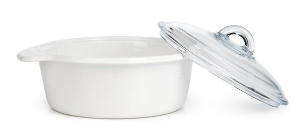 Witte ceramische kookpot die op een witte achtergrond wordt geïsoleerd