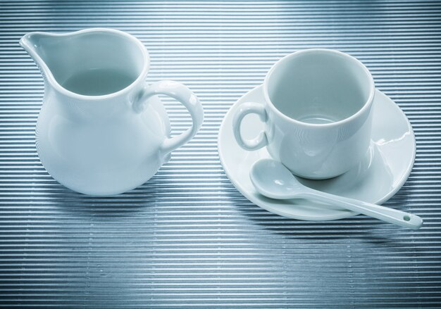 Witte ceramische kopschotel theelepel creamer op gestreept